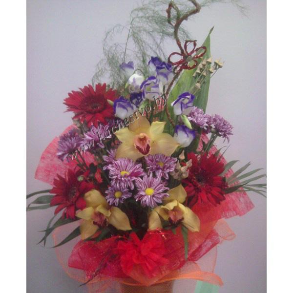 Букет из орхидей хризантемы и герберы.