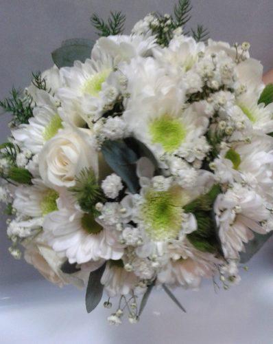 Букет невесты из хризантем и белых роз