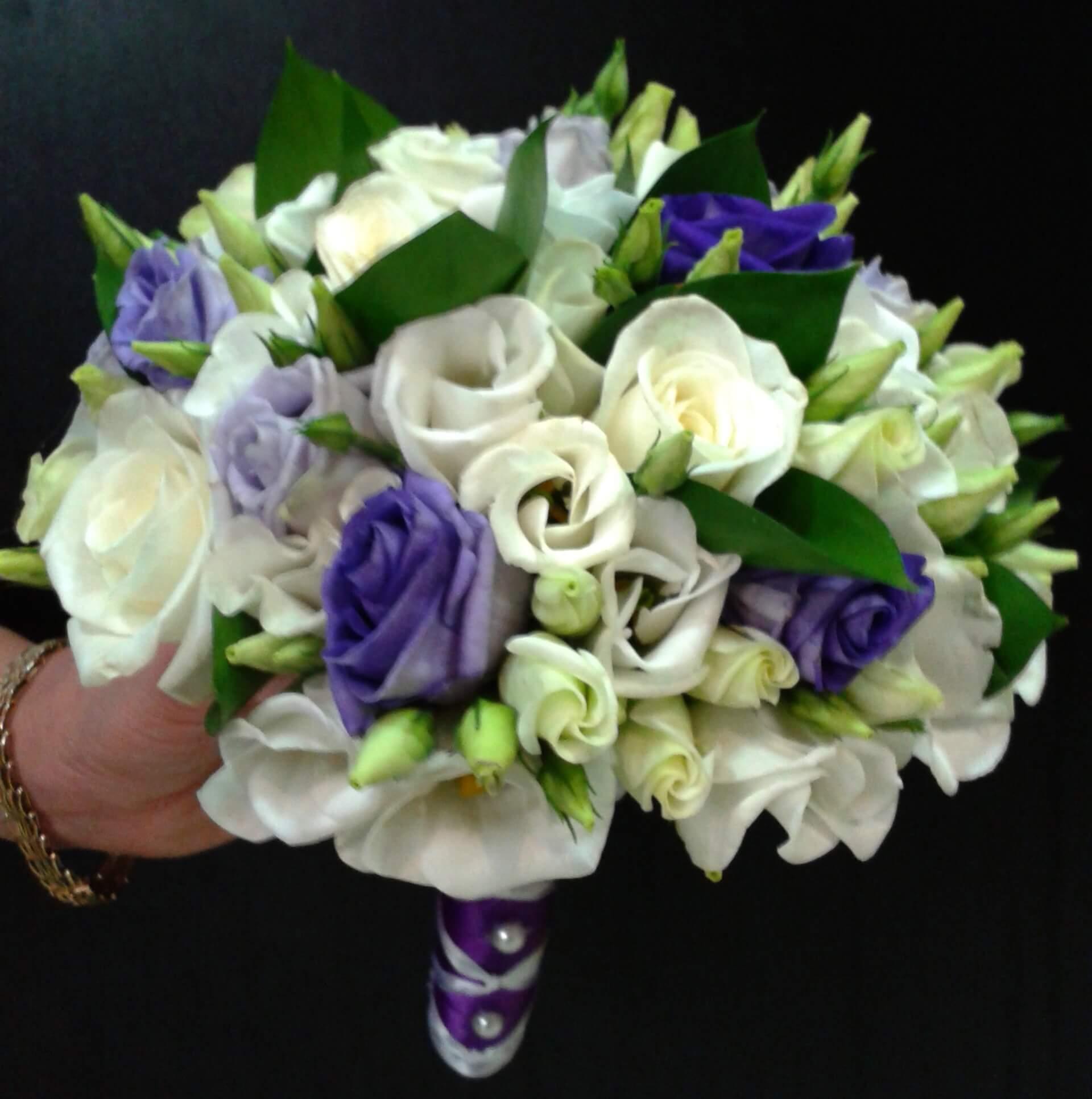 Белый свадебный букет с фиолетовыми цветами