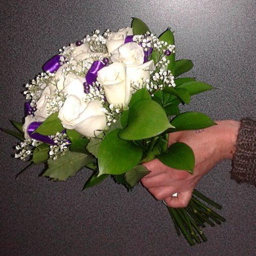 Белый букет невесты с фиолетовыми лентам вид сбоку