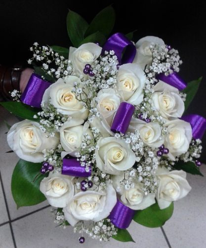 Белый букет невесты с фиолетовыми лентам