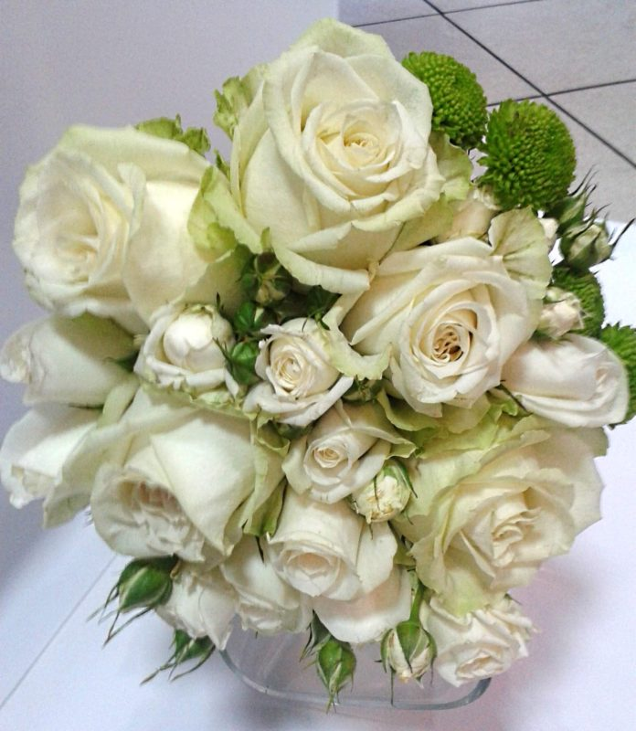 Свадебный букет белых роз