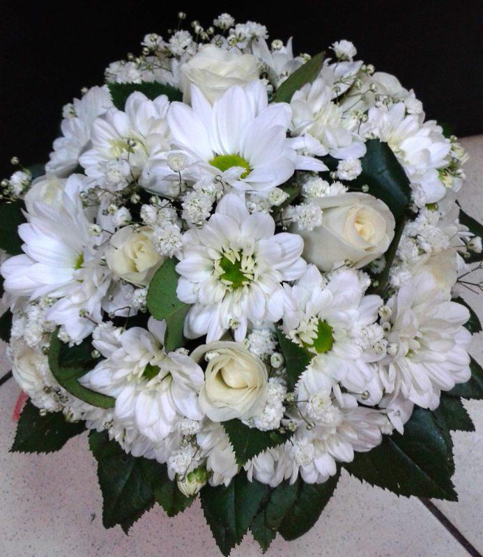 Свадебный букет из белых ромашек и роз