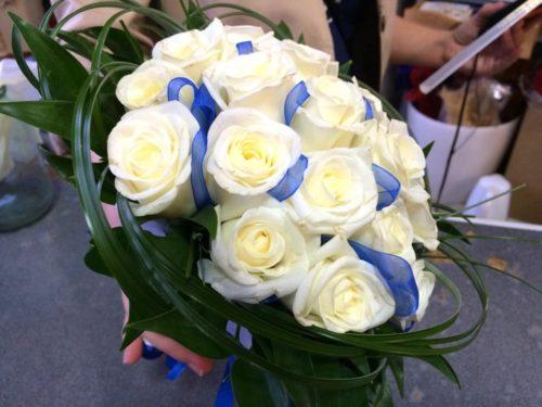 Свадебный букет из белых роз с голубыми лентами